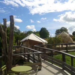 Hôtel de charme écologique en Vendée 85 : Les voiles d'ombrage et les bâches se créent et deviennent des compléments aux lieux insolites.