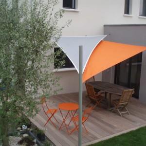 Des voiles triangles plus design qu'un store banne.Vannes (56)