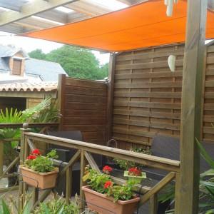 Voiles d'ombrage oranges sur Pergola – 56 Morbihan